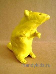 Мышка сидит