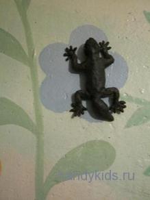 Геккон из пластилина на стене