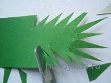 Вырезаем иголки на еловой ветке