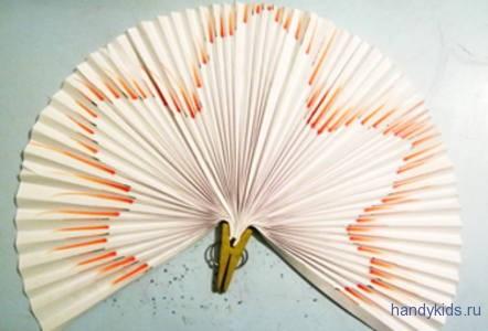Лист клёна из бумаги