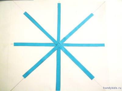 Наклеим  полосы бумаги на лучи   снежинки