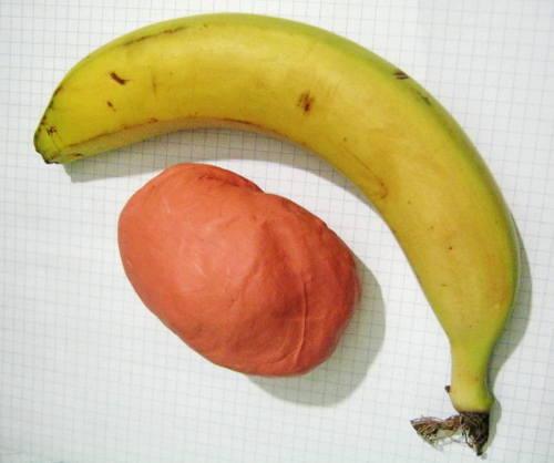 Слепим банан из пластилина