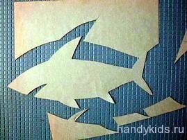 Вырезание силуэта акулы из бумаги