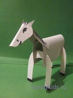 Картонная лошадь