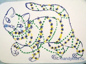 Кошечка в ожерелье из цветов